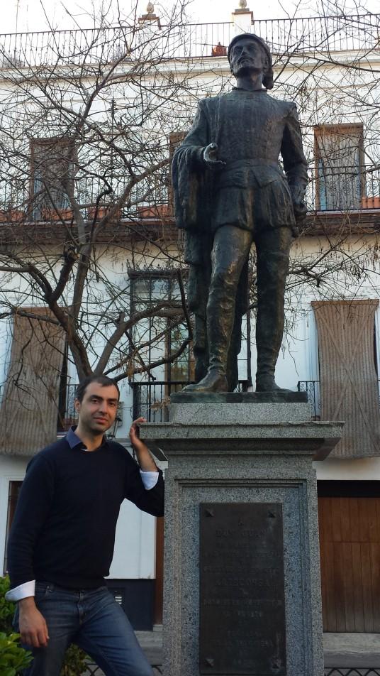 Menotti Lerro vicino alla statua di Don Giovanni a Siviglia.jpg