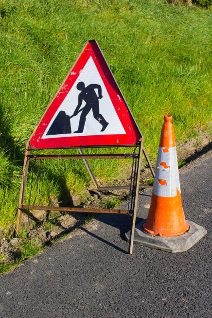 il-segnale-di-pericolo-triangolare-di-rischio-rosso-e-bianco-della-strada-con-ciao-manutenzione-delle-strade-di-gomma-della-91966251.jpg