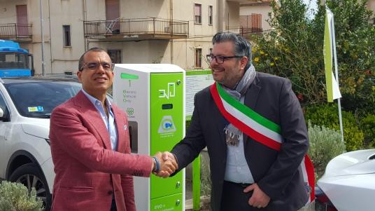Rosario Pingaro e il sindaco Adamo Coppola.jpg