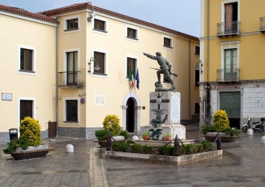 Piazza Lorenzo Padulo torre Orsaia.jpg
